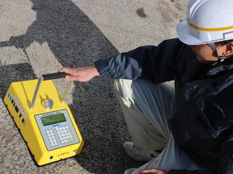 アスファルト舗装密度測定器「ペイブトラッカー」